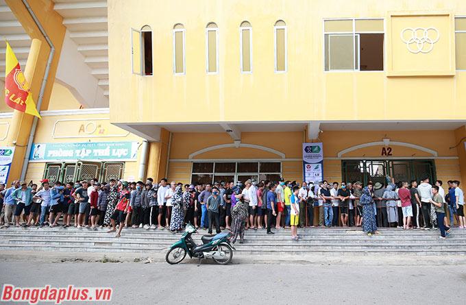 Nhiều tiếng đồng hồ trước khi BTC sân Thiên Trường mở bán vé (vào lúc 15h30), các CĐV đã rồng rắn xếp hàng trước cổng sân