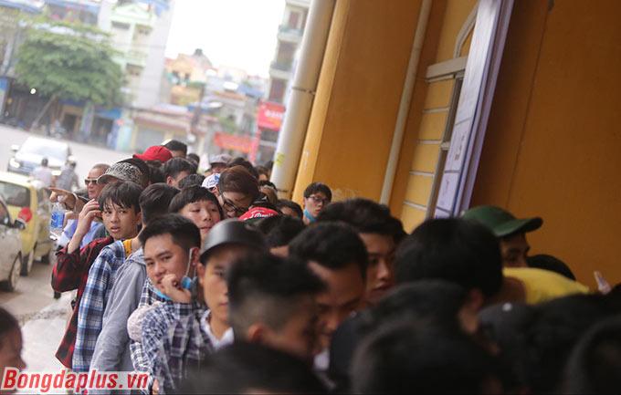 Bất chấp cái nắng nóng lên đến 35-36 độ C, các CĐV vẫn cố gắng chen chân đợi đến lượt mua vé của mình
