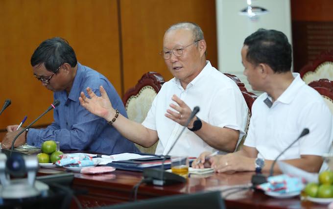 HLV Park Hang Seo báo cáo tại buổi họp với lãnh đạo Bộ VH-TT-DL - Ảnh: Thu Sâm