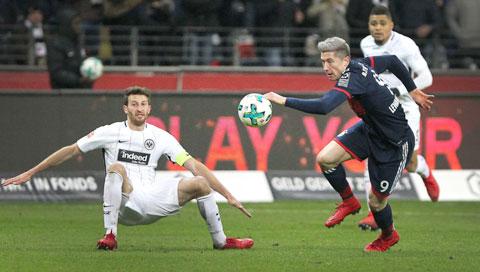 Trên sân nhà, Lewandowski (áo sẫm) cùng các đồng đội sẽ bỏ túi 3 điểm trước Frankfurt