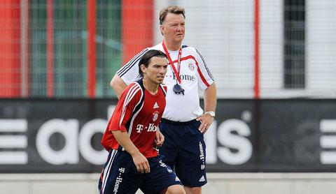 HLV Van Gaal (áo sáng) chính là người đưa Pranjic tới Bayern