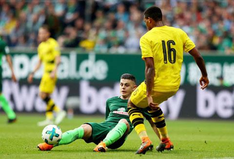 Ở thời điểm hiện tại, chủ nhà Freiburg có đầy đủ điều kiện để vượt qua Bremen (trái)