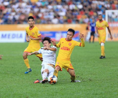 Trên sân nhà, Nam Định (áo vàng) không ngán các cầu thủ trẻ tài năng của HAGLẢnh: Đức Cường