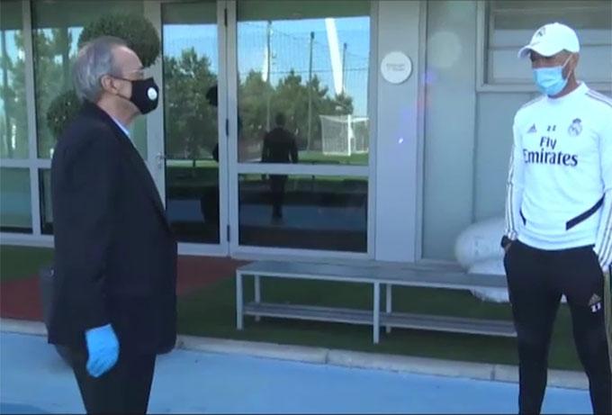 Chủ tịch Real - Florentino Perez đeo khẩu trang khi thăm thầy trò HLV Zidane để tránh nguy cơ nhiễm Covid-19
