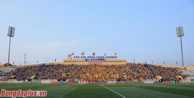 Sân Thiên Trường đón hơn 10.000 khán giả trong trận đấu đánh dấu bóng đá Việt Nam trở lại sau 2 tháng rưỡi tạm nghỉ vì dịch Covid-19