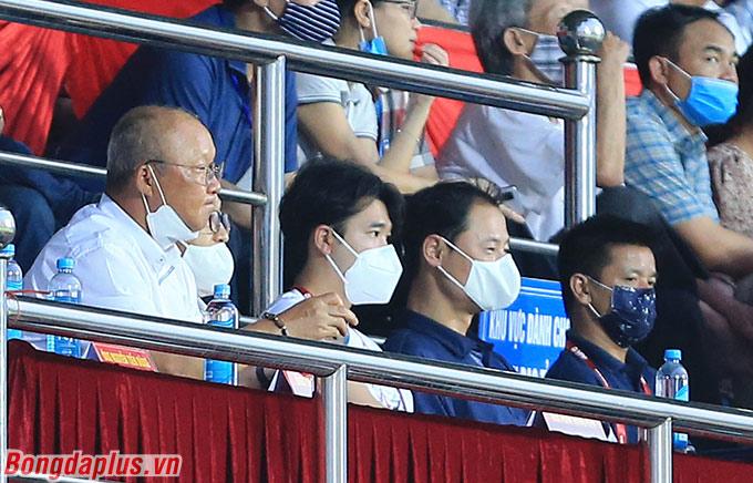 HLV Park Hang Seo cùng các cộng sự đến Nam Định theo dõi trận đấu