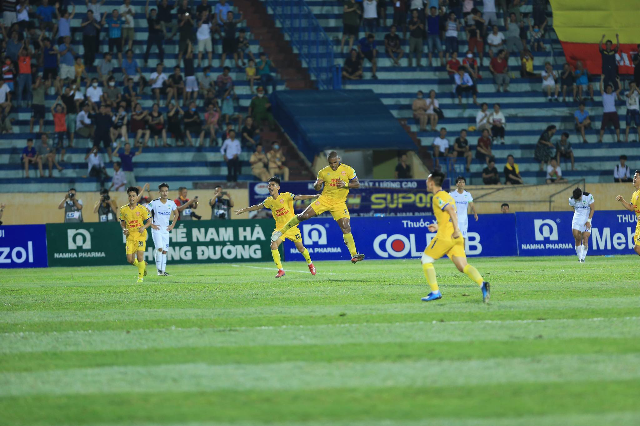 Niềm vui của Rafaelson sau bàn thắng mở tỷ cho DNH.NĐ - Ảnh: Đức Cường