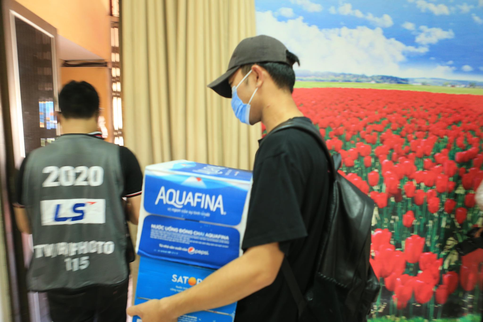 Xuân Trường hỗ trợ mang nước vào trong sân cho đội bóng - Ảnh: Đức Cường