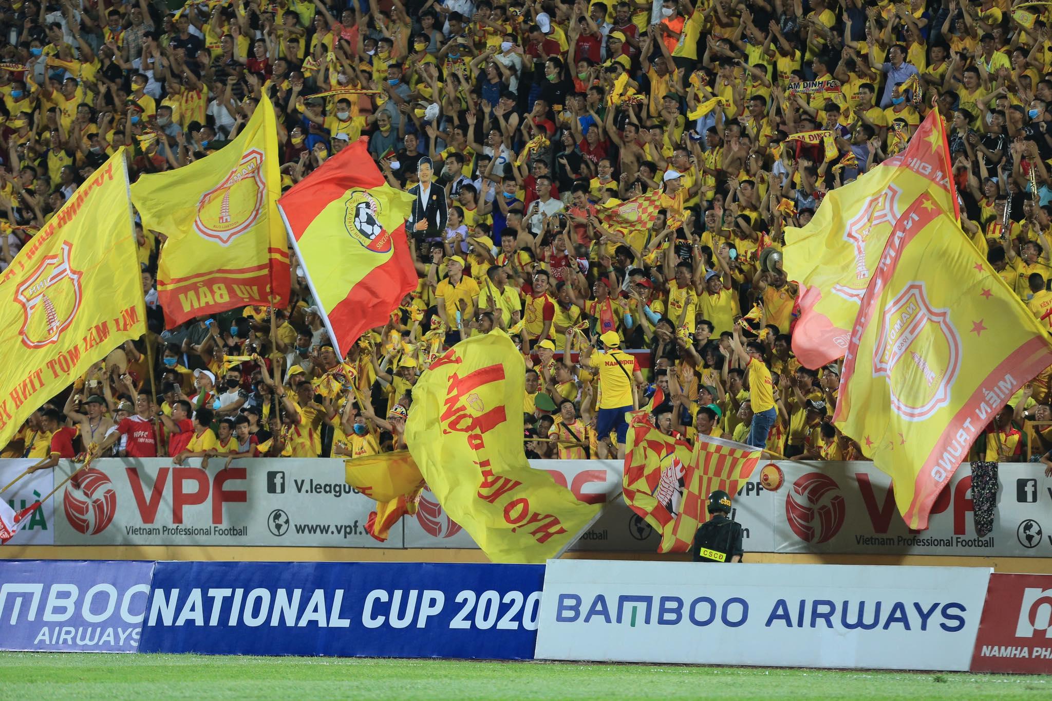 Khán giả Nam Định như vỡ oà sau khi đội nhà vượt lên dẫn trước HAGL - Ảnh: Đức Cường