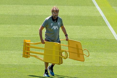 HLV Klopp chỉ đạo các cầu thủ Liverpool tập riêng và liên tục nhắc giữ khoảng cách với nhau