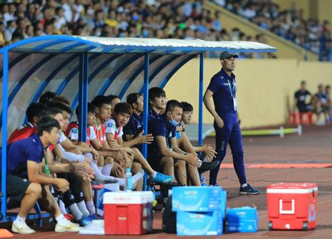 HLV Lee Tae Hoon chỉ đạo các học trò trong trận đấu chiều quaẢnh: ĐỨC CƯỜNG