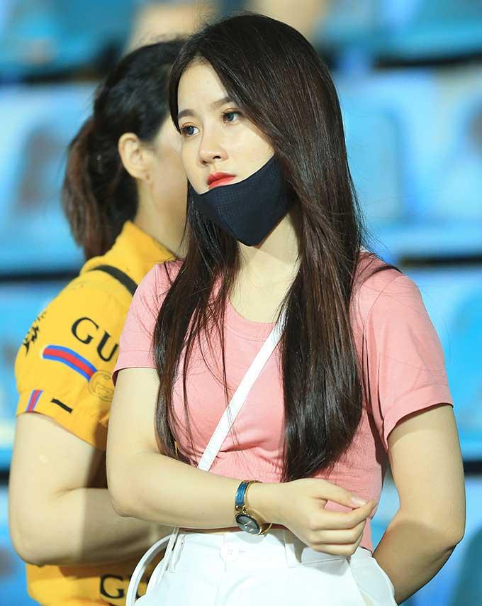 Ở trận đấu giữa DNH Nam Định và HAGL tại vòng loại cúp Quốc gia Bamboo Airways 2020, người hâm mộ chuyền tay nhau bức ảnh một fan nữ xinh đẹp
