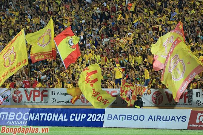 Sân Thiên Trường mở hội sau pha lập công của cầu thủ đội nhà Nam Định