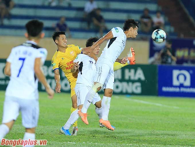 HLV Lee Tae Hoon cố gắng tăng cường nhân sự cho hàng công trong hiệp 2
