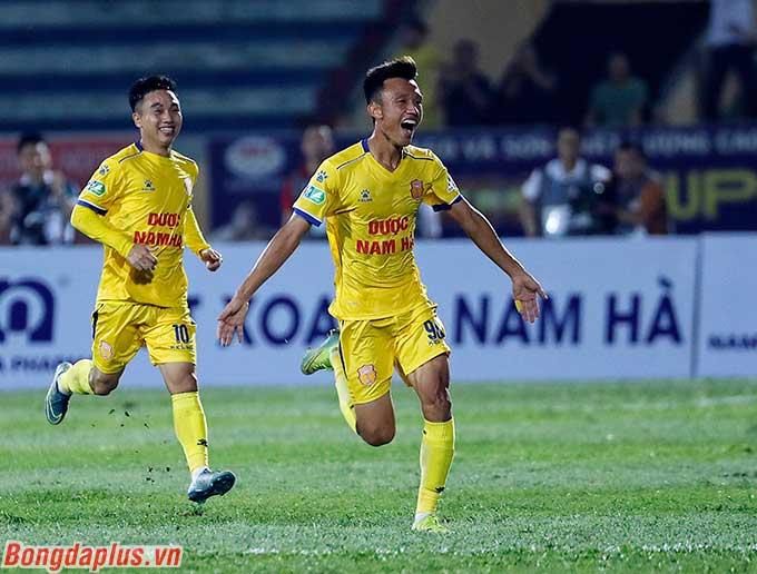 Niềm vui của cầu thủ DNH Nam Định sau khi có bàn thứ 2