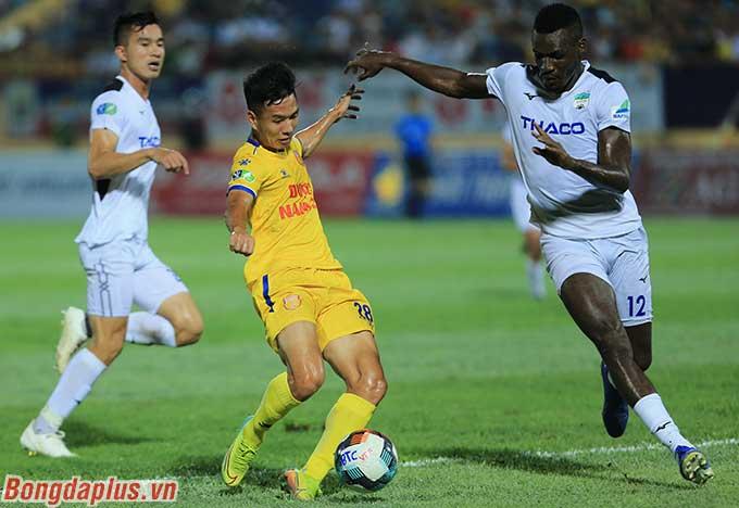 Họ suýt chút nữa có thêm bàn thắng nếu Hoàng Minh Tuấn thực hiện pha dứt điểm chân trái đưa bóng vào cầu môn sau khi loại bỏ 2 hậu vệ của HAGL