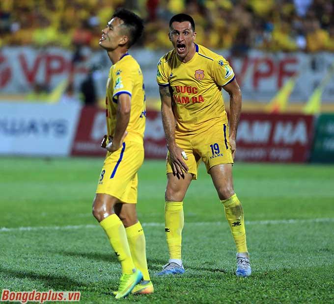 Tiền đạo kỳ cựu Đỗ Merlo nổi nóng khi Minh Tuấn không chuyền cho anh mà tự mình dứt điểm dẫn đến lãng phí cơ hội