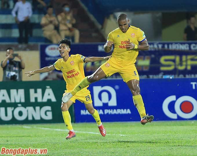 Rafaelson mở tỷ số cho DNH Nam Định ở cuối hiệp 1