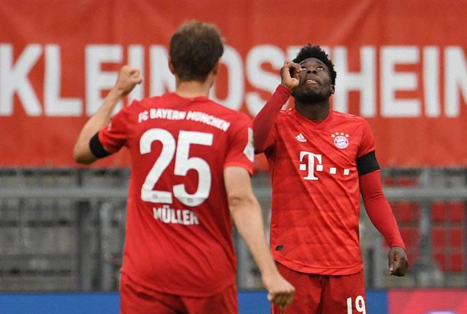Đội hình của Bayern có sự kết hợp của những cựu binh dày dặn như Mueller cùng các tài năng trẻ như Davies