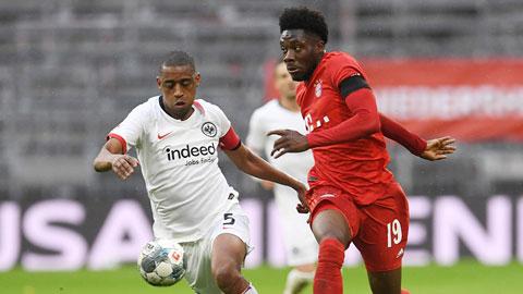 Alphonso Davies (phải) ghi 1 bàn và kiến tạo 1 bàn giúp Bayern vùi dập Frankfurt