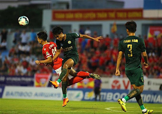 Pha tranh bóng của cầu thủ HL. Hà Tĩnh (áo đỏ) và F.Tay Ninh (xanh). Ảnh: Xuân Thuỷ