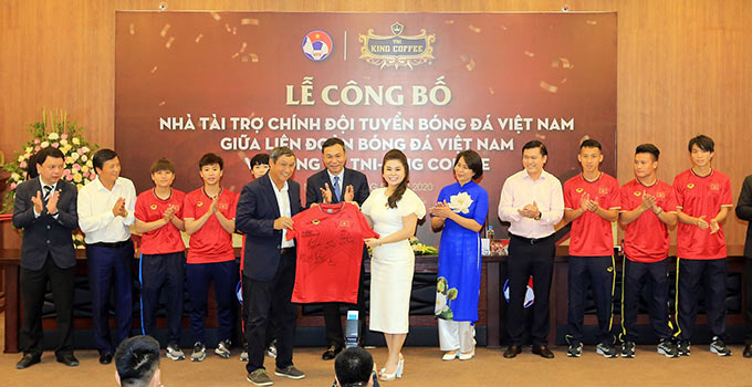 HLV Mai Đức Chung tặng áo kỷ niệm của ĐT nữ Việt Nam cho bà Lê Hoàng Diệp Thảo - Ảnh: Đức Cường