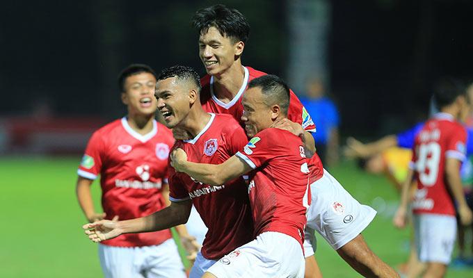 Niềm vui của các cầu thủ chủ nhà sau bàn thắng đẹp mắt của Lâm Thuận