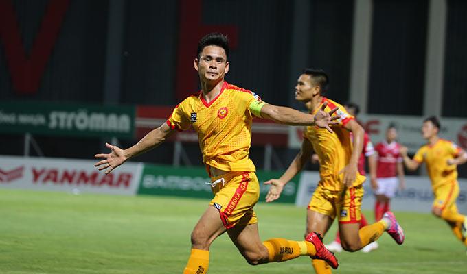 Đến phút 90+6, Đình Tùng đóng vai người hùng của Thanh Hoá khi ghi bàn ấn định chiến thắng 2-1 trước Phố Hiến
