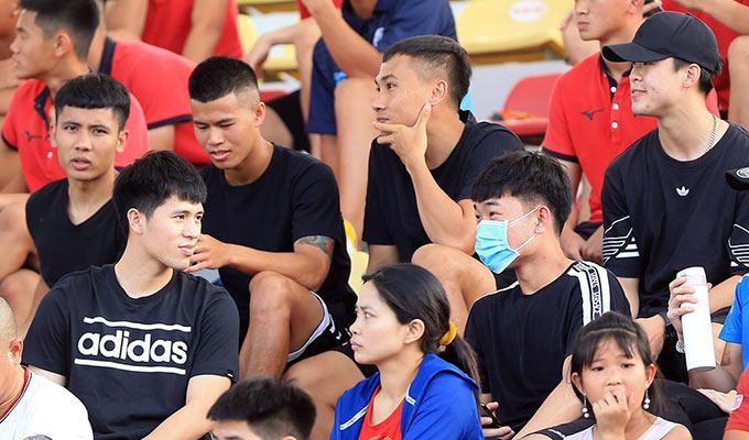 Ngoài Duy Mạnh còn có Xuân Trường, Đình Trọng, Quang Nam (TP.HCM)... cũng ngồi trên khán đài theo dõi cuộc đọ sức giữa Phố Hiến và Thanh Hoá. Nhóm cầu thủ này chăm chú theo dõi trận đấu và liên tục có những bàn luận sôi nổi về chuyên môn