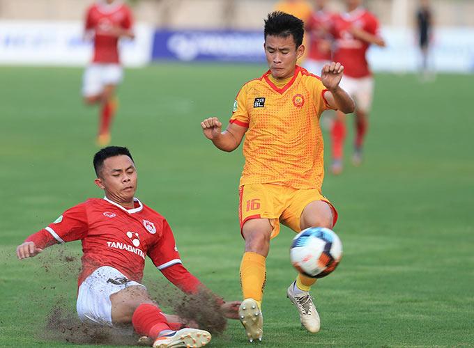Các cầu thủ trẻ Phố Hiến thi đấu đầy quyết tâm, không ngần ngại lăn xả trước Thanh Hoá
