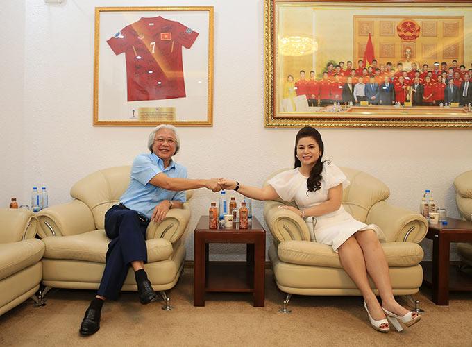 Tổng biên tập Tạp chí Bóng đá Nguyễn Văn Phú và bà Lê Hoàng Diệp Thảo - TGĐ Công ty TNI King Coffee - Ảnh: Đức Cường