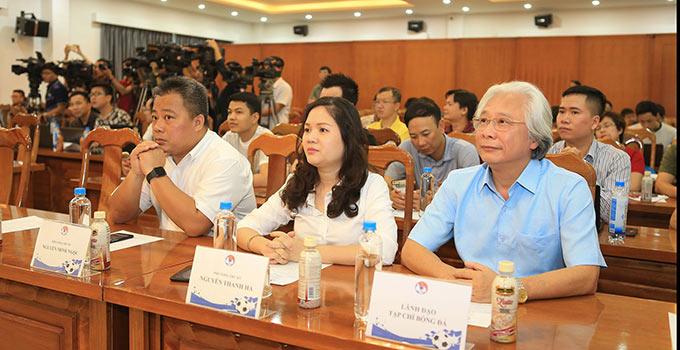 Tổng biên tập Tạp chí Bóng đá - Nguyễn Văn Phú (bên phải) đến dự buổi lễ ra mắt nhà tài trợ mới của ĐTQG - Ảnh: Đức Cường