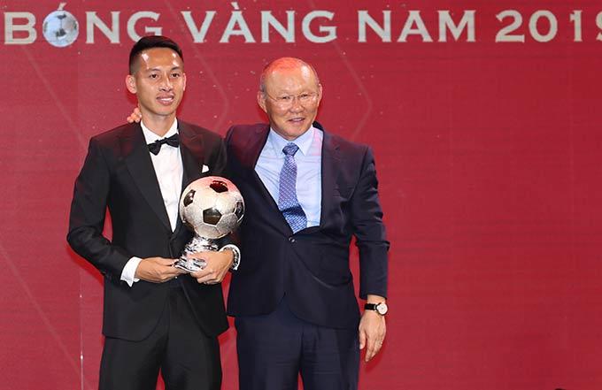 HLV Park Hang Seo tận tay trao Quả bóng vàng Việt Nam cho Hùng Dũng