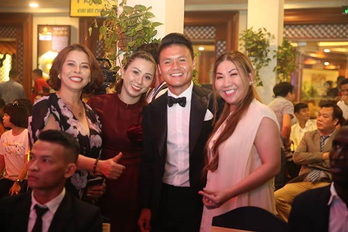 Tiền vệ Nguyễn Quang Hải rạng rỡ đến khách sạn Rex (TP.HCM) để dự Gala Quả bóng vàng Việt Nam 2019. Anh là một trong năm ứng viên của danh hiệu Quả bóng vàng nam Việt Nam