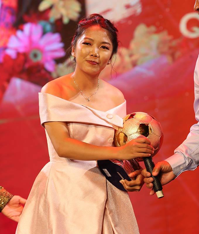 Huỳnh Như khiến nhiều người bất ngờ với sự nữ tính, trái ngược hẳn với những pha bóng mạnh mẽ trên sân cỏ của đội trưởng đội tuyển nữ Việt Nam