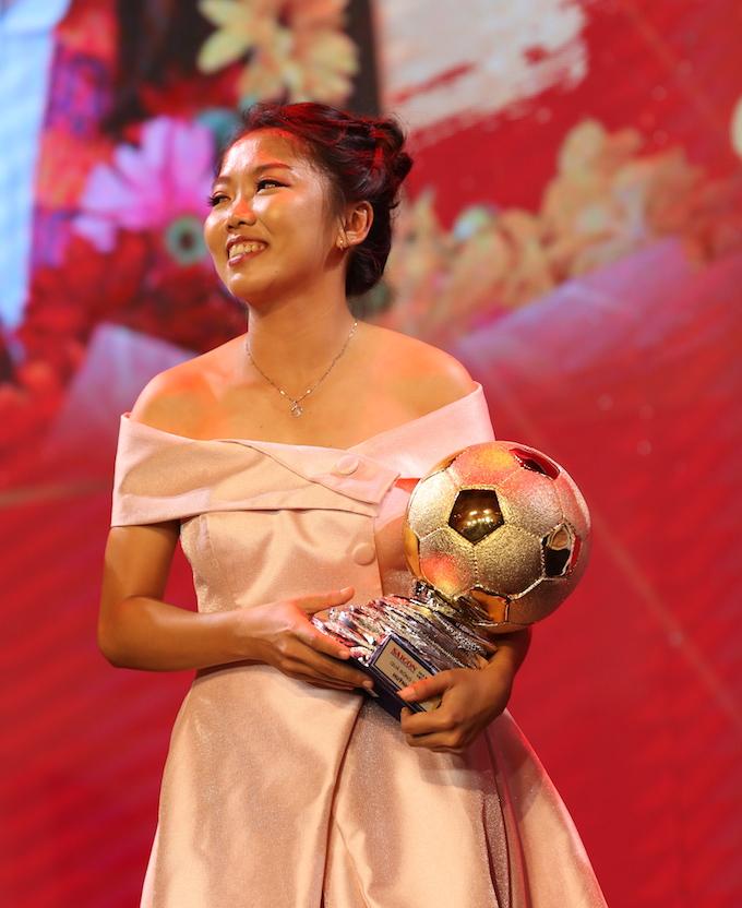 Nụ cười hạnh phúc của Huỳnh Như khi nhận Quả bóng Vàng 2019. Ảnh: Quốc An