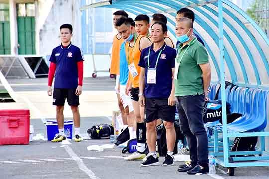 Không có chuyện HLV Phạm Anh Tuấn (bên phải, ngoài cùng) rời Hải Phòng. Ảnh: Dương Thu