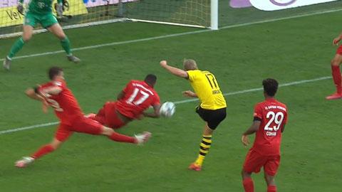 """Boateng dùng tay """"cướp"""" bàn thắng của Haaland, đến VAR cũng bỏ qua cho Bayern"""