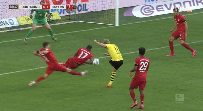 Cái tay của Boateng thể hiện sự hắc ám của Bayern