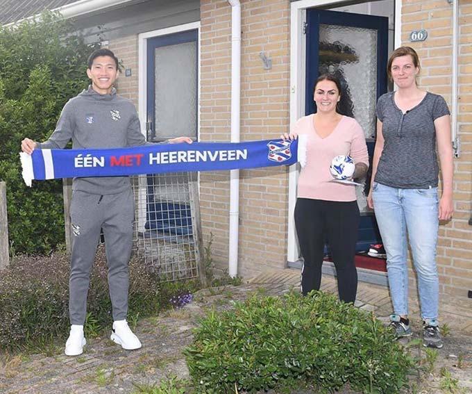 Văn Hậu trao quà lưu niệm của Heerenveen cho người hâm mộ