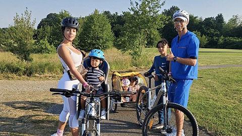 Bố ''bỉm sữa'' Ronaldo rủ cả nhà đi dạo bằng xe đạp