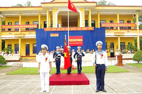 Thượng tá Dương Huy Thông, Lữ đoàn trưởng trao súng cho chiến sĩ mới trong buổi lễ