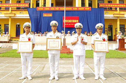 Thủ trưởng Lữ đoàn trao Giấy khen cho các tập thể trong huấn luyện Chiến sĩ mới