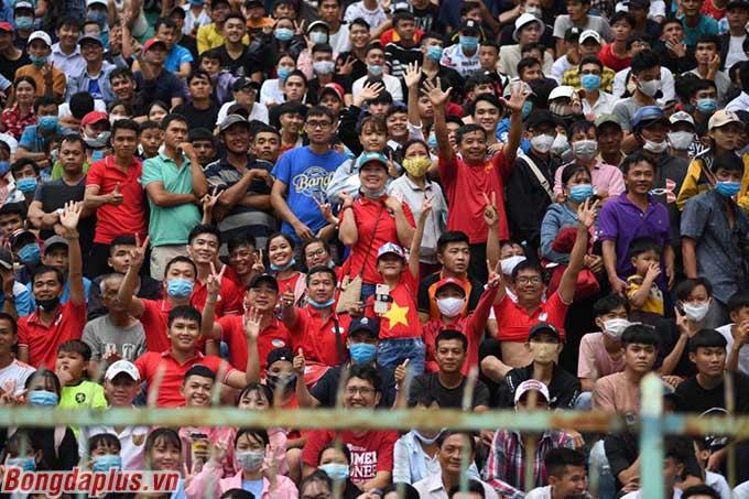 Khán giả đến sân An Giang để theo dõi nhiều tuyển thủ quốc gia như Trọng Hoàng, Ngọc Hải, Hoàng Đức,...