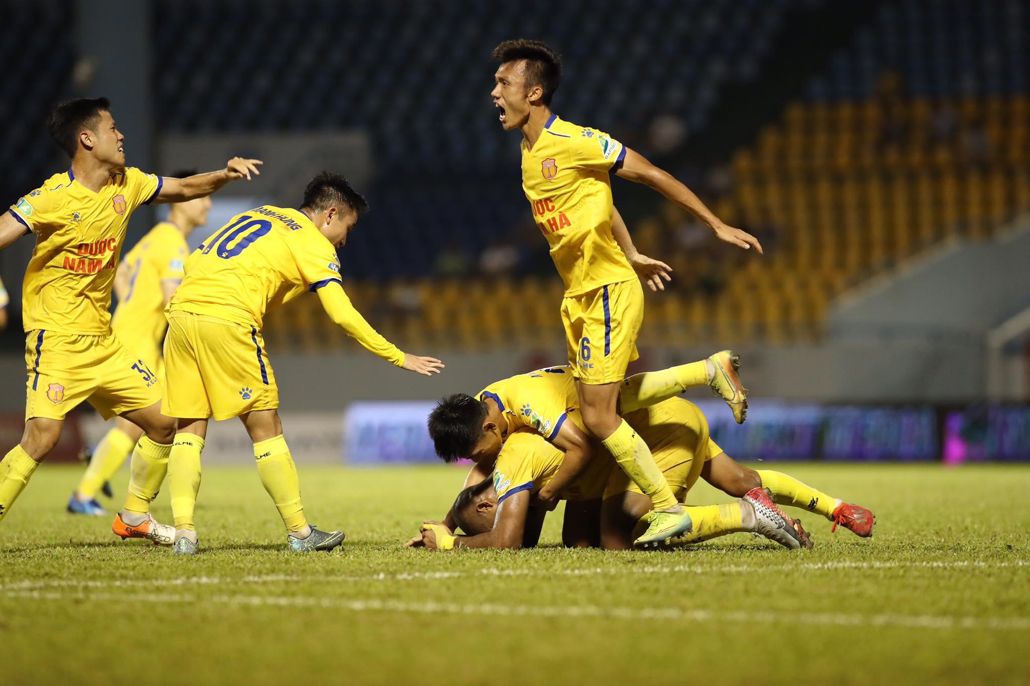 Niềm vui của đội khách sau khi liên tiếp có 2 bàn thắng quân bình tỷ số trận đấu - Ảnh: Phan Tùng