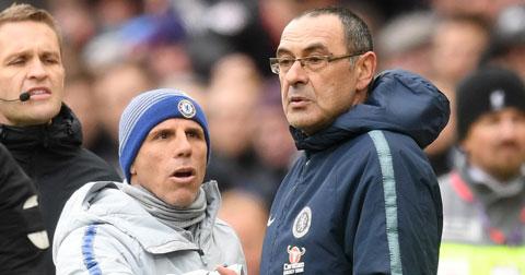 Zola là trợ lý của Sarri tại Chelsea