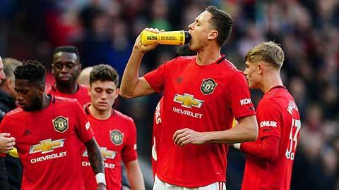 Premier League xem xét bổ sung 'water break' trong các trận đấu