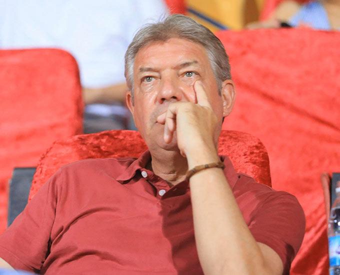 GĐKT Juergen Gede cũng góp mặt để dự khán trận đấu. Vị chuyên gia người Đức sẽ kết thúc hợp đồng với VFF vào ngày 30/6 tới. Ông Gede đang được cho sắp trở thành GĐKT của CLB Hà Nội trong thời gian tới