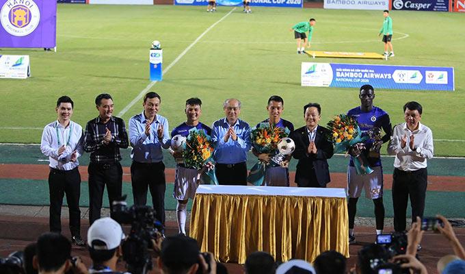 Trước khi trận đấu với Đồng Tháp diễn ra, Hà Nội tổ chức lễ vinh danh các cầu thủ vừa nhận các danh hiệu cao quý của bóng đá Việt Nam như Hùng Dũng (Quả bóng Vàng), Quang Hải (Quả bóng Bạc), Omar (cầu thủ ngoại xuất sắc nhất)