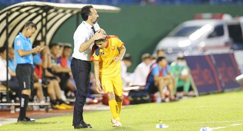 HLV Lopez động viên học trò sau trận thua trước B.BD tại Cúp QG - Ảnh: Quốc An